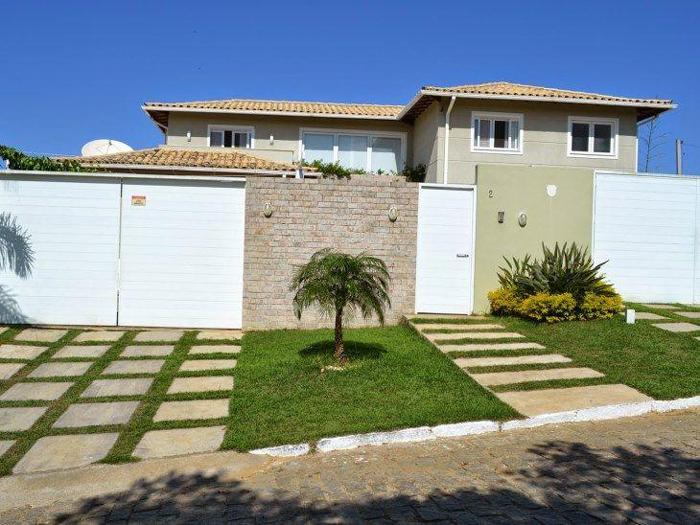 muro de residência com grama