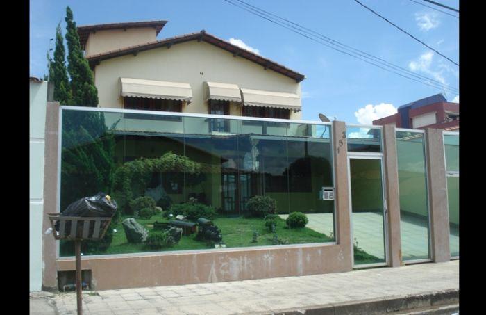 muro de residência com vidro