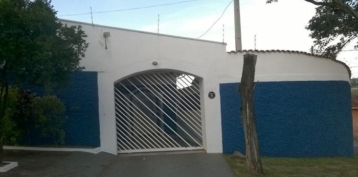 muro de residência azul e branco
