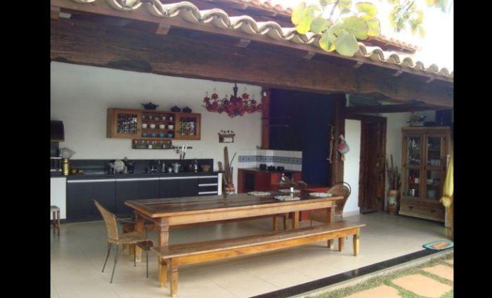 varanda rústica gourmet com mesa comprida