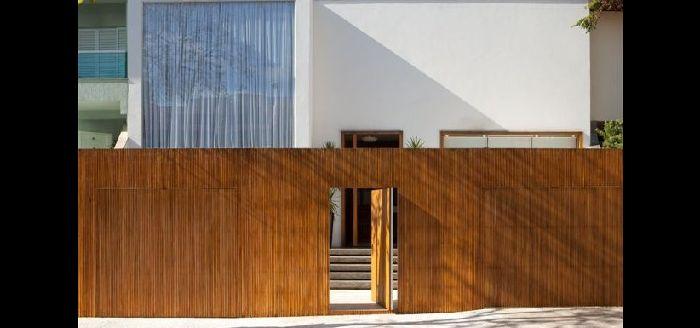 muro de residência com madeira