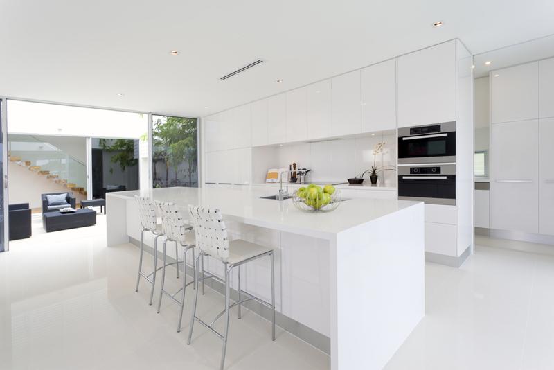 cozinha branca e preta clara