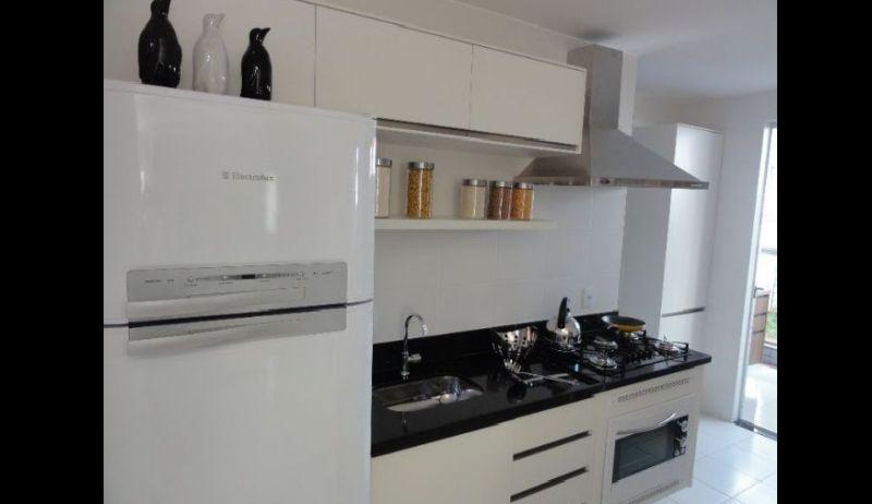 cozinha branca e preta barata