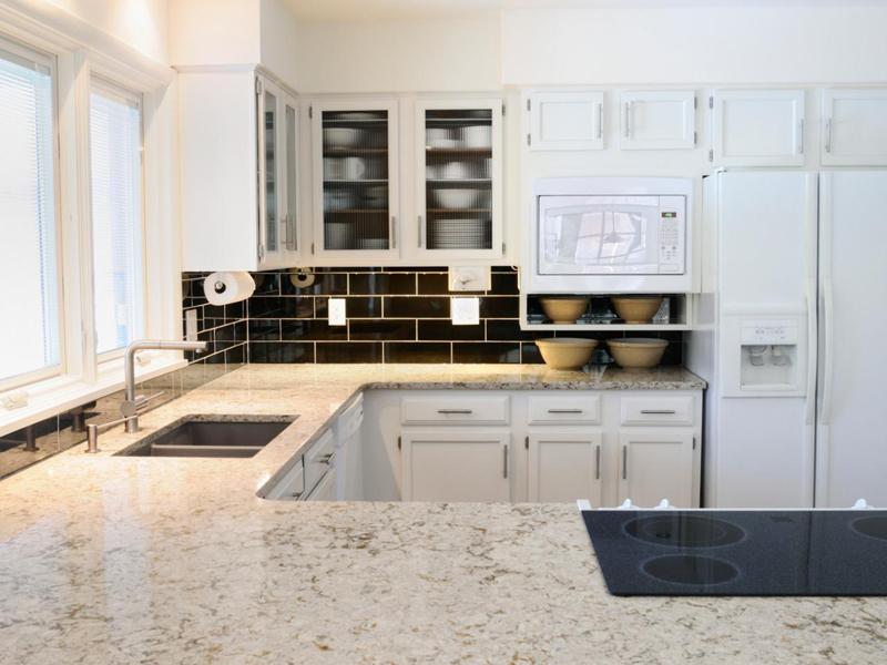 cozinha branca e preta com marmore