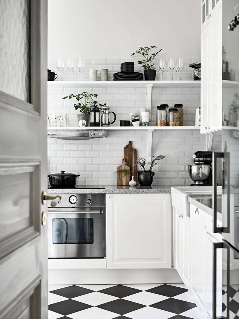 cozinha branca e preta com tijolo