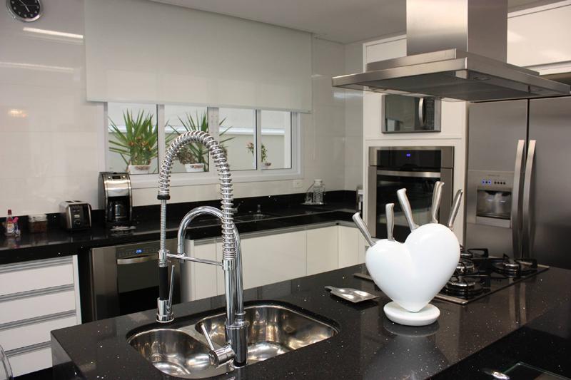 cozinha branca e preta singela