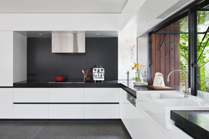 cozinha branca e preta em L