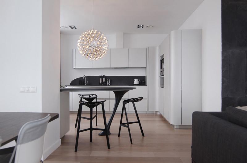 cozinha branca e preta com luminária