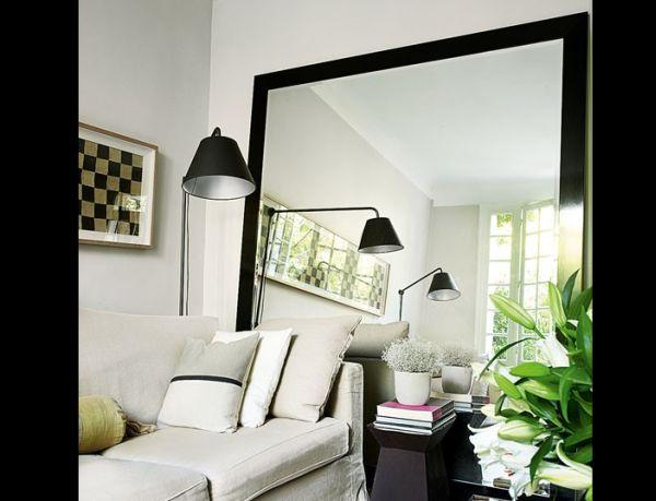 sala pequena com espelho imenso