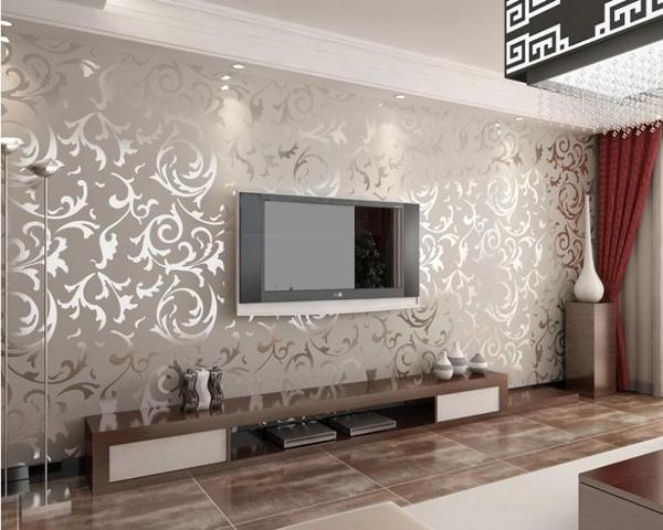 sala pequena com espelho no papel de parede