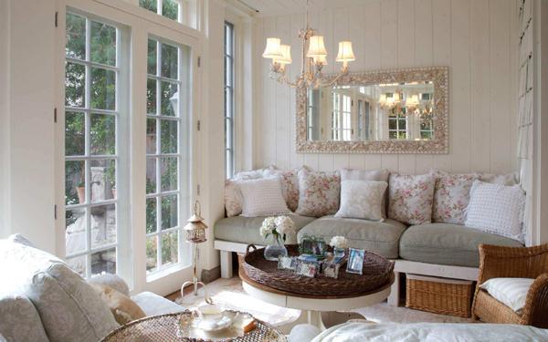 sala pequena com espelho provençal
