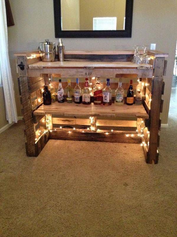decoração com paletes e caixotes iluminada