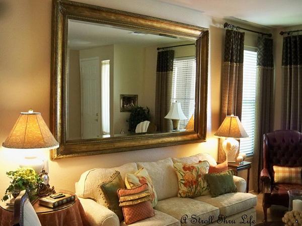 sala pequena com espelho com moldura