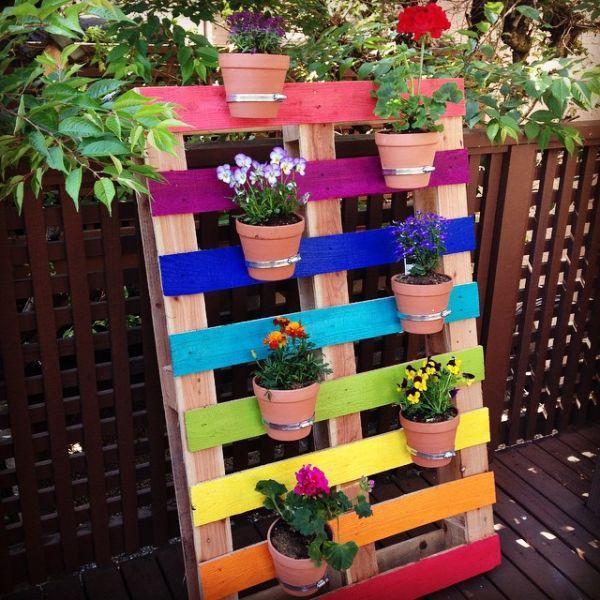 decoração com paletes e caixotes colorida