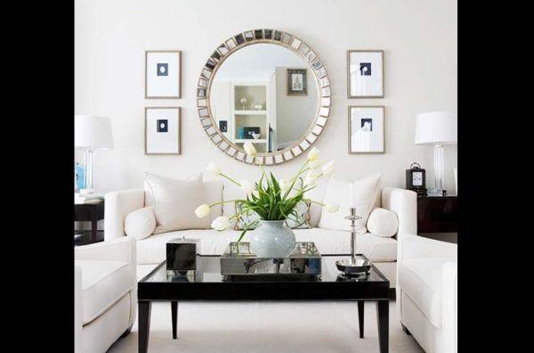 sala pequena com espelho redondo