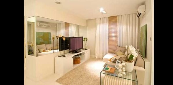 sala pequena com espelho na tv