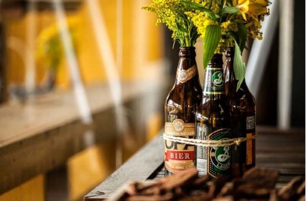 decoração de mesa de boteco com garrafas