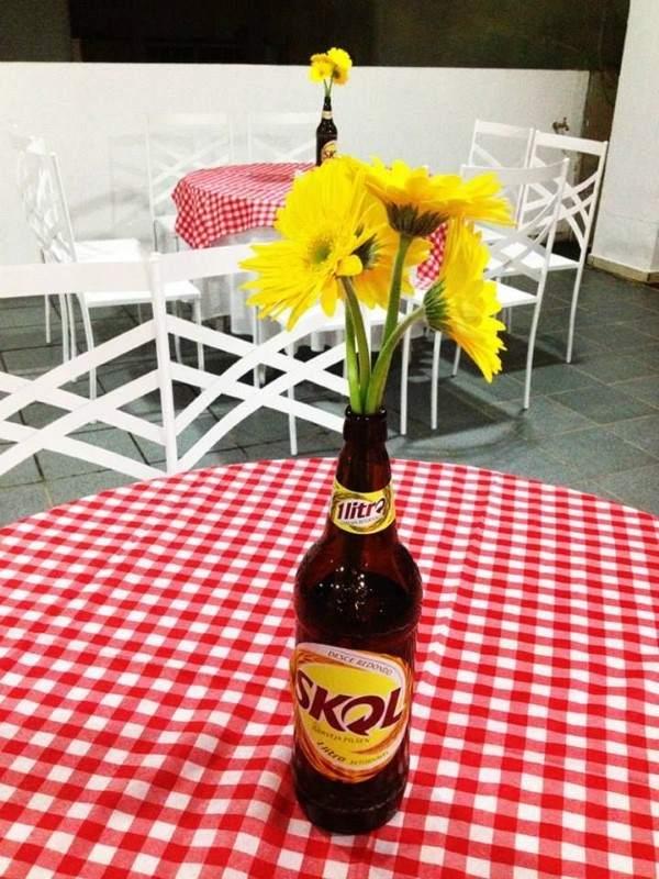 mesa decorada festa de boteco com flores