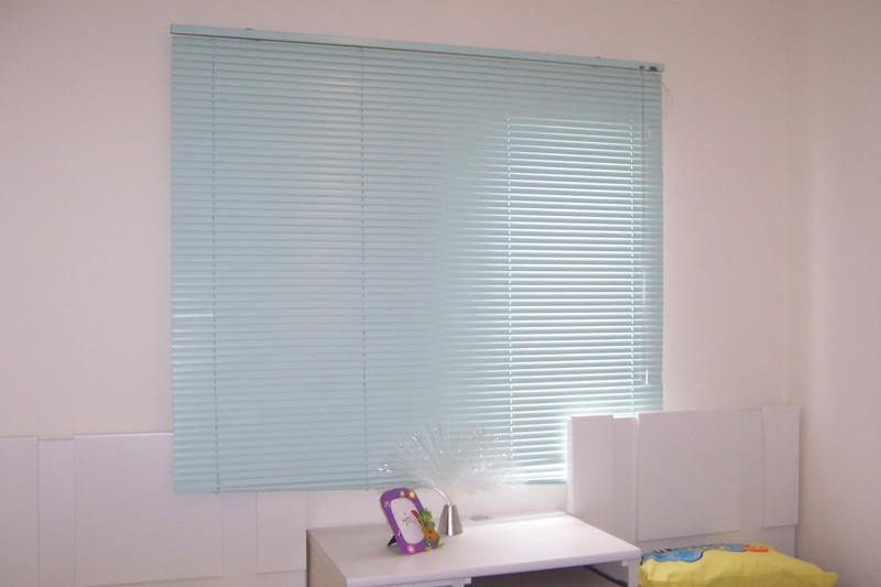 persiana de quarto azul