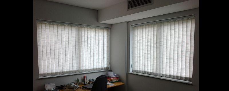 persiana de quarto na janela