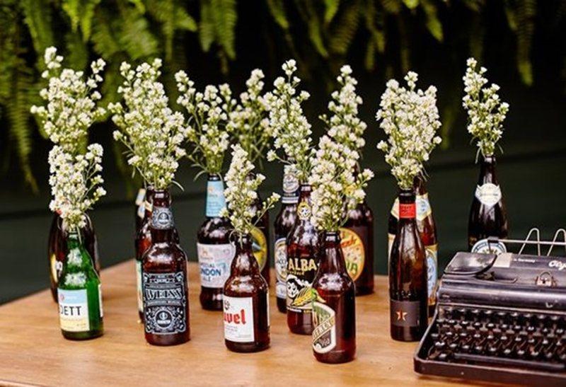 garrafas com flores brancas