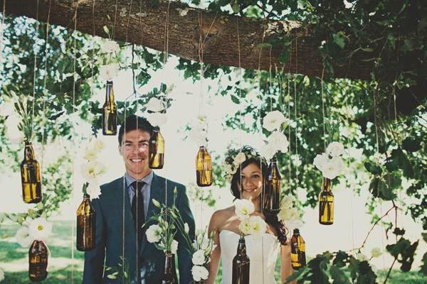 decoração com garrafas de cerveja pendurada
