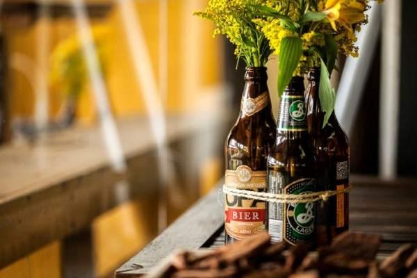 decorar com garrafas de cerveja e flores