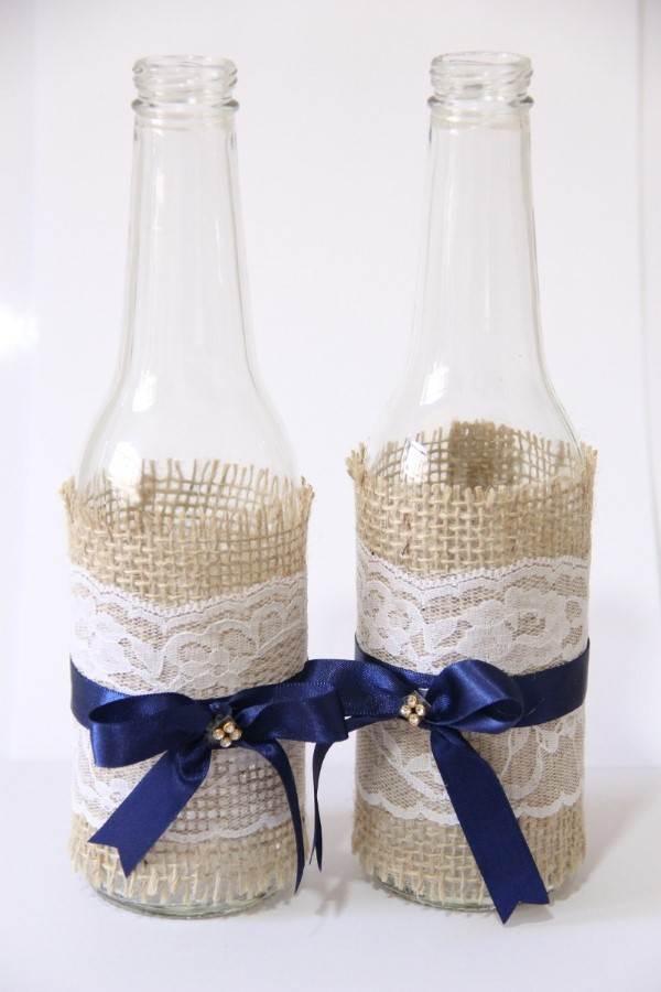 garrafa de cerveja pequena decorada com fita de cetim