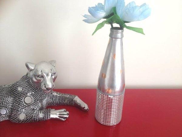 garrafa de cerveja decorada com fita espelhada prata