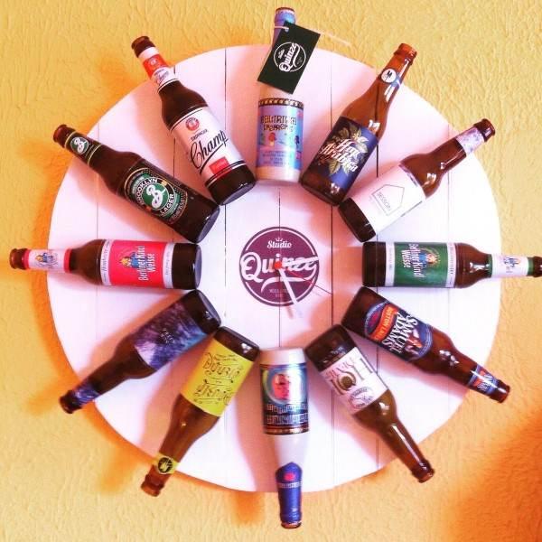 relógio feito de garrafas de cerveja para parede