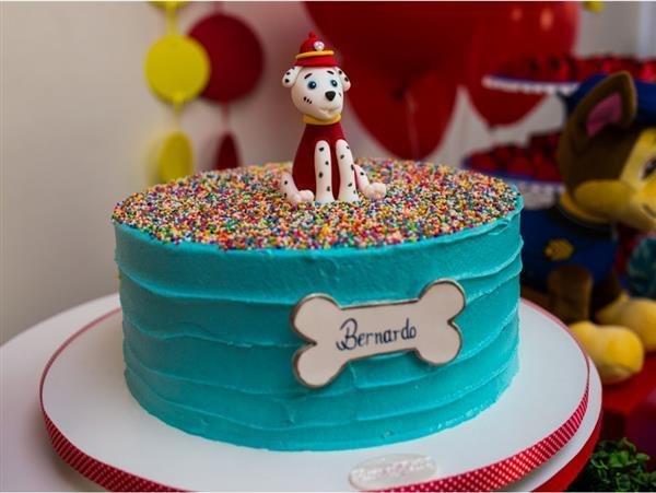 bolo com confetes