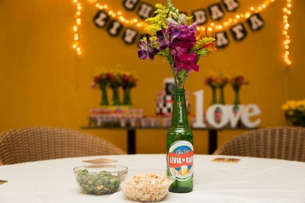 centro de mesa com garrafinha de cerveja