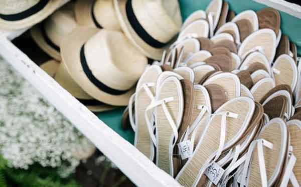 Sandálias e chapéu de praia para os convidados