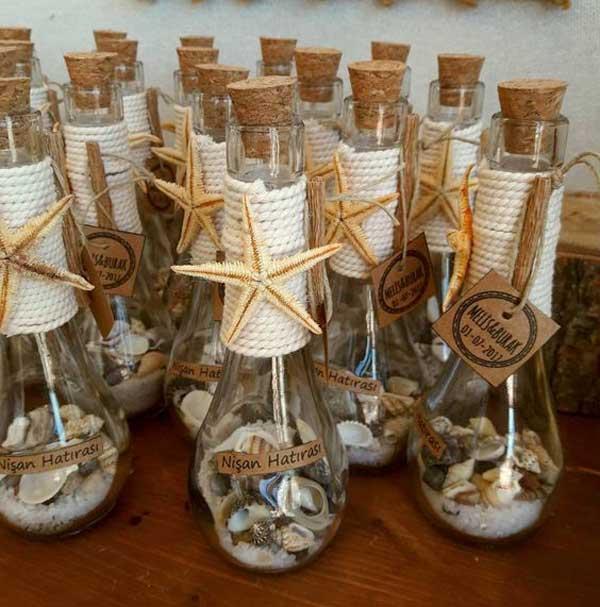 Garrafas com conchas para lembrança de casamento