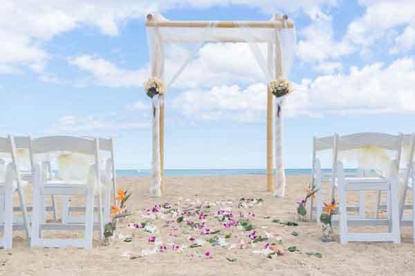 Enfeite com petalas em frente ao altar
