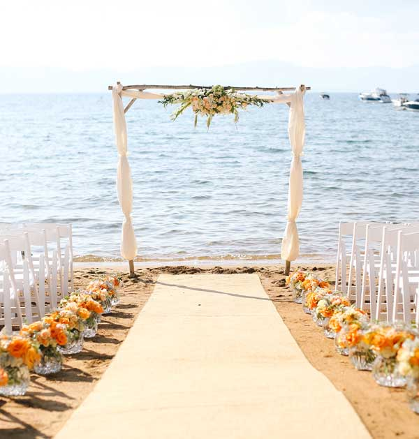 Altar rústico para cerimônia na praia
