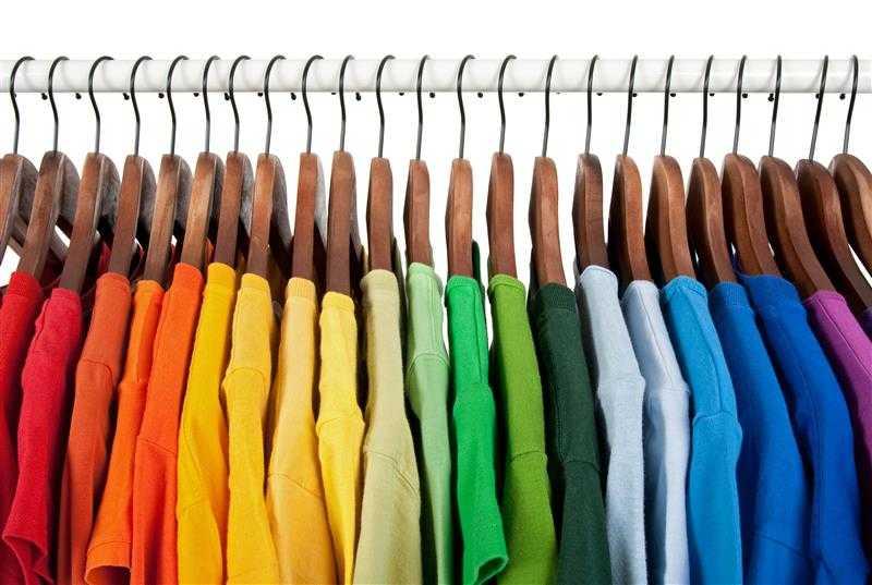 Como organizar guarda roupa com pouco espaço