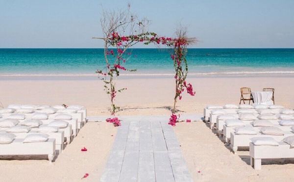 Altar com arco de flores naturais