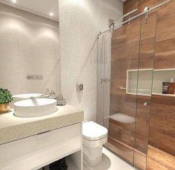 banheiro pequeno decorado com porcelanato de madeira
