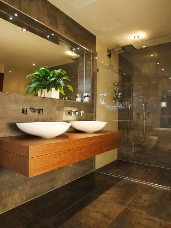 banheiro requintado de porcelanato de madeira