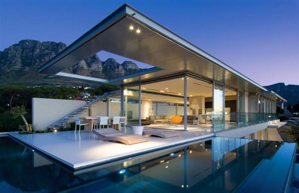 Design de piscina com borda infinita em casa luxuosa