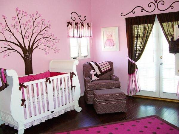 quarto rosa e marrom para bebê