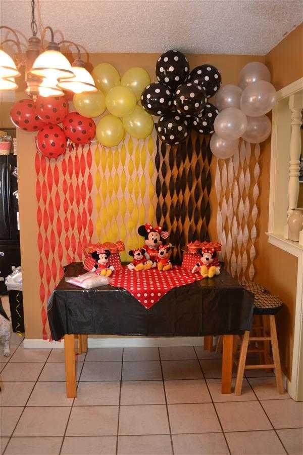 decoração aniversario com papel crepom