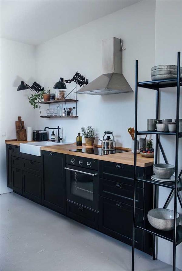 cozinha preta com bancada de madeira