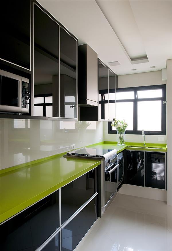 cozinha preta com bancada de vidro