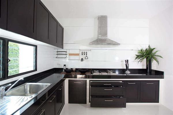 cozinha preto e branco com coifa inox