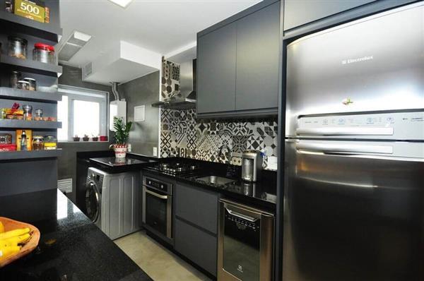 cozinha preta com moveis cinzas