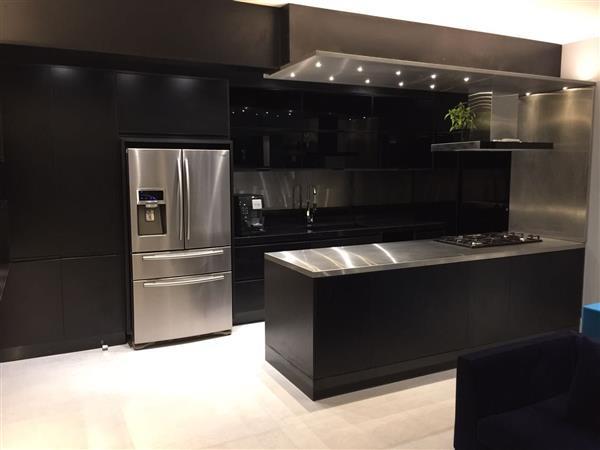 cozinha preta e inox