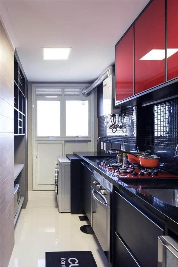 cozinha preta com armário vermelho