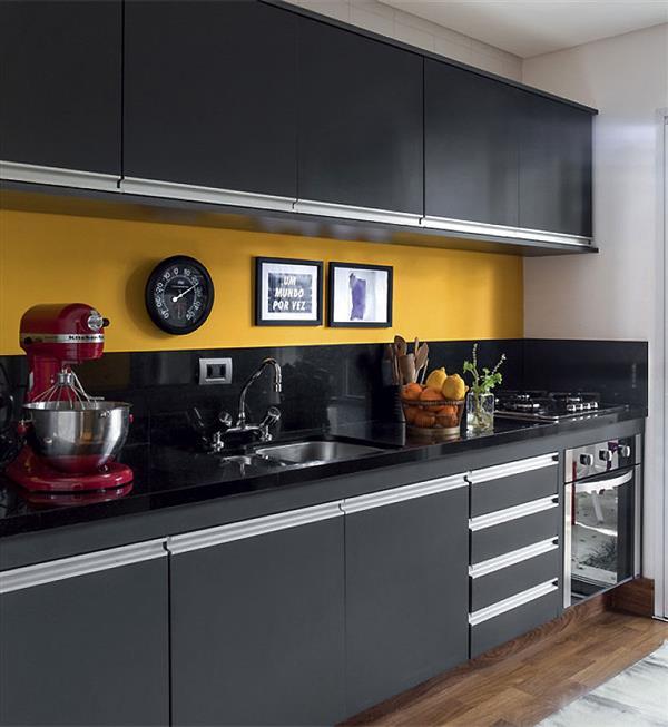 cozinha preta e amarela